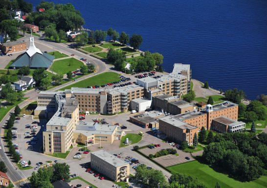 Vue aérienne de l'Hôtel-Dieu de Roberval.