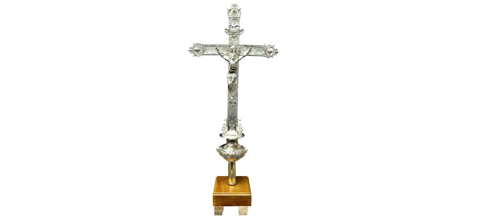 Grâce à une mobilisation exemplaire, la croix de procession de Mgr de Laval a retrouvé son lustre d'antan